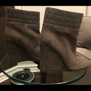 Unworn Suede ankle boots (Taupe)